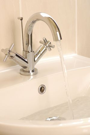water running from a top into a washbasin