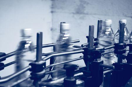 production plant: bottiglie in viaggio lungo una linea di produzione