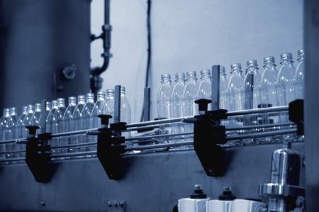 botellas vacias: botellas de agua vac�as en una l�nea de producci�n en la f�brica Foto de archivo