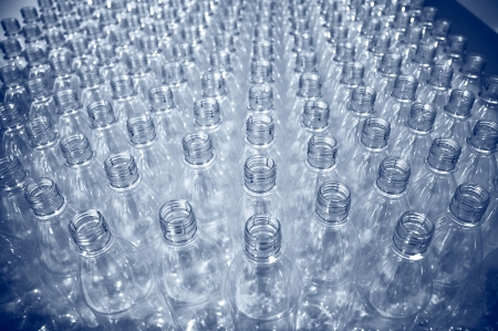botellas pet: hileras de botellas de pl�stico vac�as en la planta de embotellado Foto de archivo