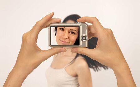viewfinder: prendendo la fotografia di una bella ragazza con una fotocamera digitale compatta Archivio Fotografico