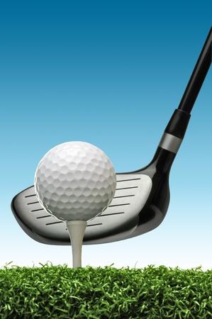 Golf ball: pelota de golf en camiseta a punto de ser golpeado con un palo de golf