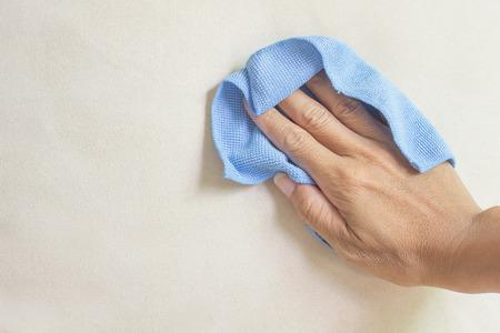 cremige Textilreinigung mit einem Mikrofasertuch