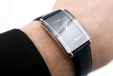 mans watch: ver con cuatro diamantes y cintur�n de cuero en la mano del hombre
