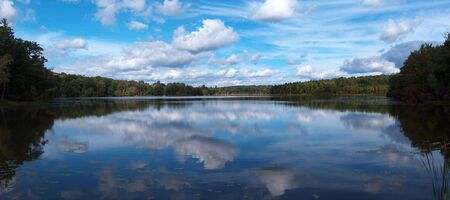 Cloulds uiting op het meer Stockfoto
