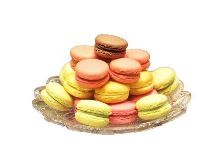 マカロン: 伝統的なフランスのデザート。色とりどりのマカロン クッキーの詰め合わせ菌株の白い背景を持つ板で提供しています。