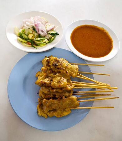 contorni: Asian alimentare - Satay di maiale alla griglia e contorni aceto con salsa di arachidi. Archivio Fotografico