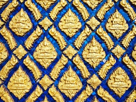 Coloridas ilustraciones antiguas de muchos Dios con cer�mica en el muro del templo, Tailandia (horizontal) Foto de archivo - 10060193