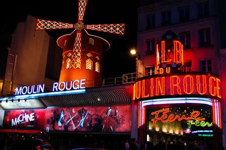 montmartre: PARIS - Septembre 19 file d'attente des gens pour les billets en face du Moulin Rouge, c�l�bre cabaret et th��tre le 19 Septembre, 2010 � Paris, France
