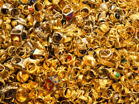 Gold heap, A pile of gold rings, Division for the gold