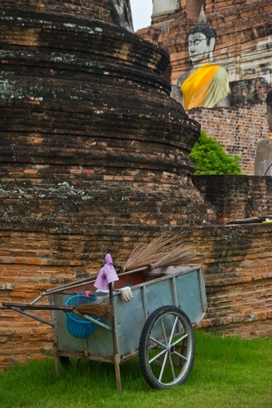 phra nakhon si ayutthaya: do clean the ancient remains where is worldly heritage that Phra Nakhon Si Ayutthaya ,