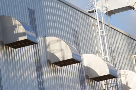 Ventilatiebuizen van een lucht conditionon een dak.