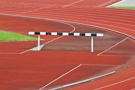 competitividad: Obstáculos en la pista roja preparada para la competencia. Foto de archivo