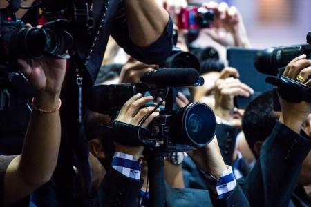 カメラマンが写真を撮っています。
