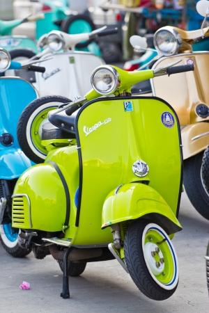 vespa piaggio: Moderno motorino classico alla Tailandia Editoriali