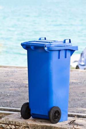 garbage bin: Bin de basura en la playa de fondo