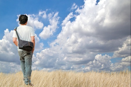 walking alone: joven caminando sola