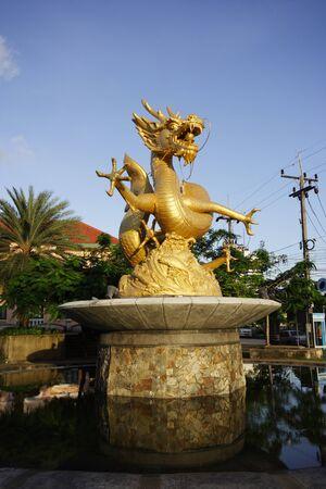 Gold Dragon Sculpture figuur Art China, Phuket Thailand,