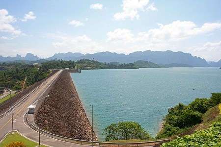 Chiao Lan Dam, Surat Thani, Thailand op mooie heldere hemel wolken Stockfoto