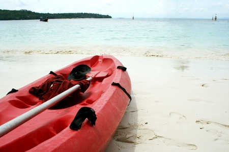 Een zeekajak op een strand in Krabi