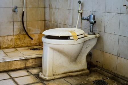 toilete: sucio taza del inodoro viejo