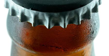 bottle liquor: Botella de cerveza marr�n con la condensaci�n Foto de archivo