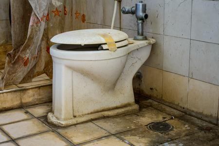 vieze oude toiletpot