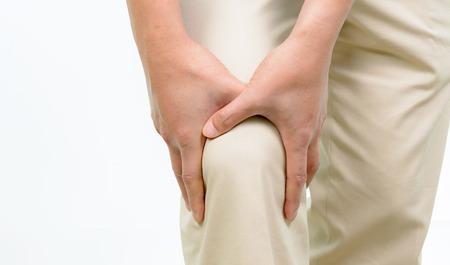 dolor de rodilla: Hombre con dolor de rodilla en el fondo blanco Foto de archivo