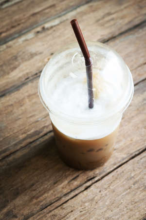 fredo: Caffè ghiaccio sul tavolo di legno Archivio Fotografico