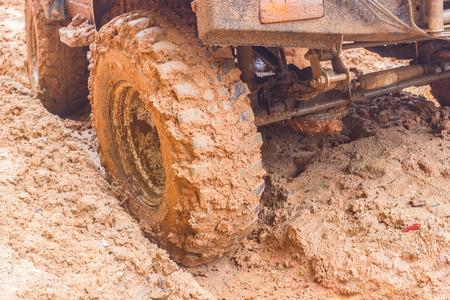 4 wheel: disparo de primer plano de la rueda en la tierra.