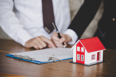Business signing of contract and house with keys on table, close-up Stockfoto