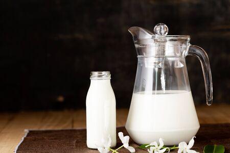 Productos lácteos: sabrosos productos lácteos saludables en una mesa