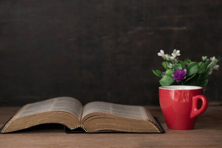 Bible and a cup of coffee for morning dedication on a wooden table Stockfoto
