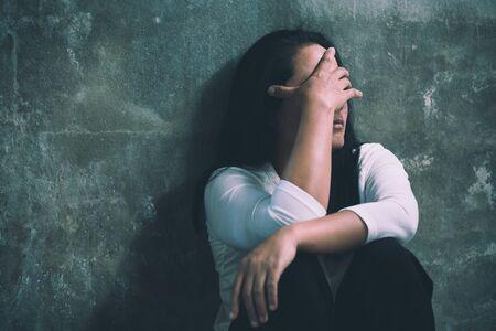 Las mujeres se sientan tristes debido a la tentación de violar, combatir la trata y detener la violencia contra las mujeres, Día Internacional de la Mujer