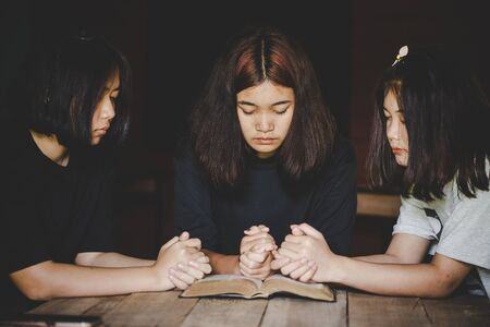 Group of people praying worship believe. soft focus, praying and praise together at home. devotional or prayer meeting concept. Archivio Fotografico