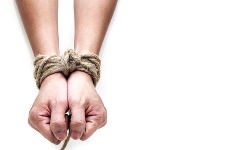 Opfer, Sklave, Prosoner männlichen Händen gebunden von großen Seil auf dem weißen Hintergrund isoliert. Menschen haben keine Freiheit Konzept Bild.