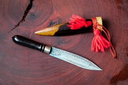 Zeldzaam vintage retro mes met houten messenkraag of deksel. Speacial metaal met grafische beitel snijdt scherp.