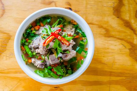 Pittig varkensvlees met varkensbotensoep op de houten tafel. Lengsoep in Thais woord. Stockfoto