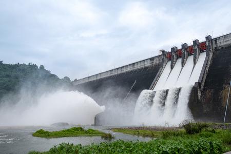 Big Concrete Dam Drainage Viel Wasser verursachte eine große Flut.