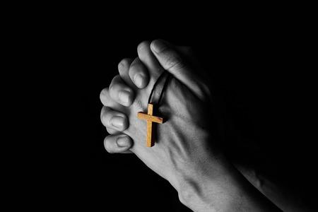 Człowiek modlący się do Boga z Biblią w porannym nabożeństwie. Dodano efekty kolorystyczne.