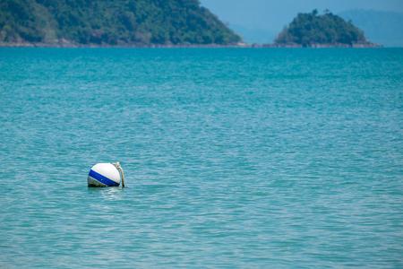 Boule de flottabilité blanche flottant dans la mer.