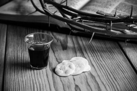 Sagrada Comunión, Copa de Vino y Pan con una Espina de la Corona de Jesús y Santa Biblia. Foto de archivo