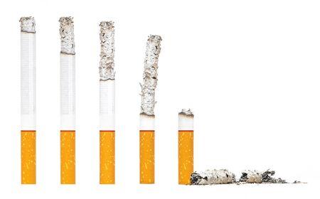 Casi quemado cigarrillos paso sobre fondo blanco iSolated.