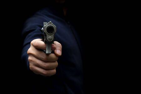 Homme portant un pistolet jouet pour voler l'argent. Voleur dans l'ombre avec Toy Gun Rob Money. Image conceptuelle.