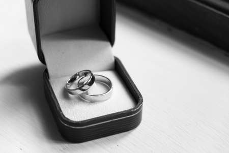 Pair of Wedding Rings in the Wood Box in the Wedding Ceremony Day. 스톡 콘텐츠