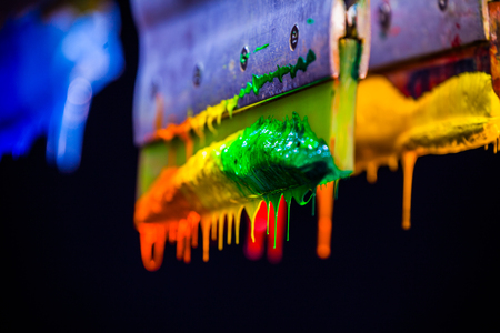 Impresión de pantalla de mano suave en la camiseta con colores de mezcla por el valor del tono de color que se ve más suave y más suave Foto de archivo - 80731059