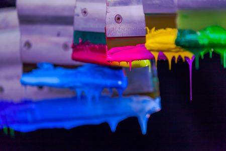 색상 톤의 가치로 블렌드 컬러가있는 티 셔츠의 부드러운 손 스크린 인쇄 더 부드럽고 부드러워 보입니다.