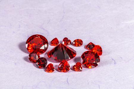 diamants diamant rouge sur fond blanc