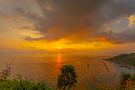 stunning sunset at Promthep cape. colorful of cloud are changing in the sky until twilight. Stok Fotoğraf - 112243343