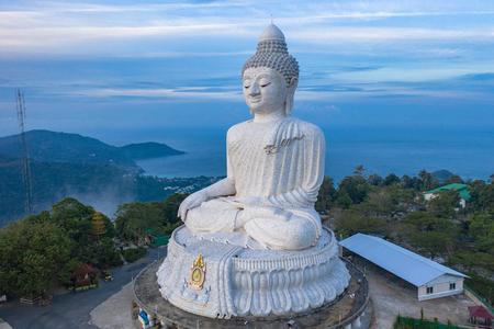luchtfotografie landschap blauwe lucht en blauwe oceaan achter Phuket witte grote Boeddha. Phuket White Big Buddha is het beroemde oriëntatiepunt op het eiland Phuket, veel toeristen bezoeken dit oriëntatiepunt elke dag